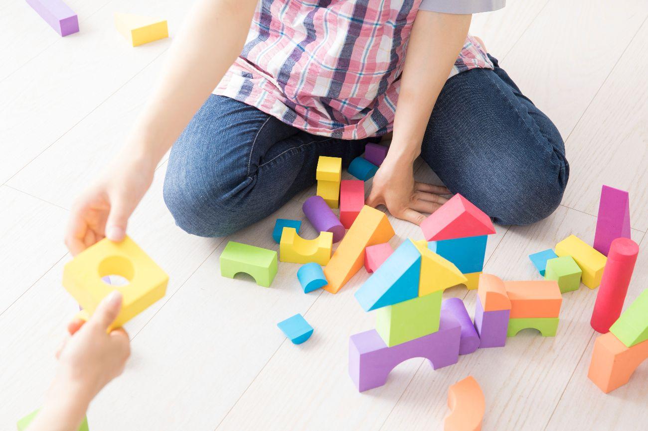 ターゲットである親子へのインタビューで、テレビ放送視聴率と関連玩具発売数の相乗効果を検証