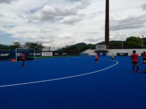 女子ホッケー国際大会の青いフィールド
